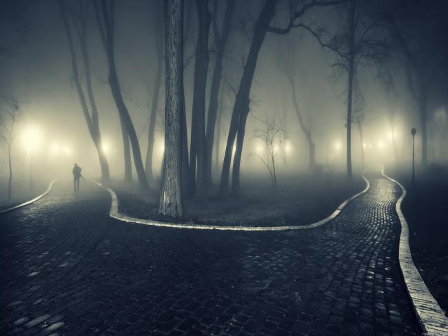 226968_park_-tuman_-ogni_-doroga_-chelovek_1920x1440_(www.GdeFon.ru)