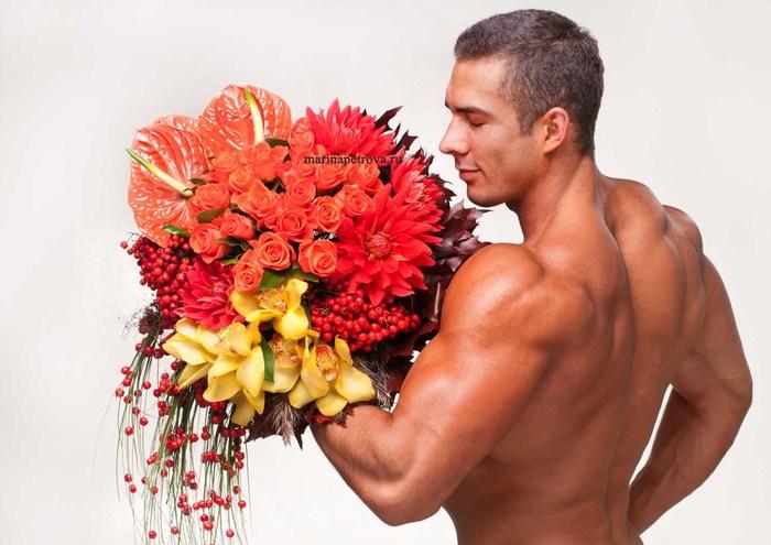 фото мужчина голый с цветами