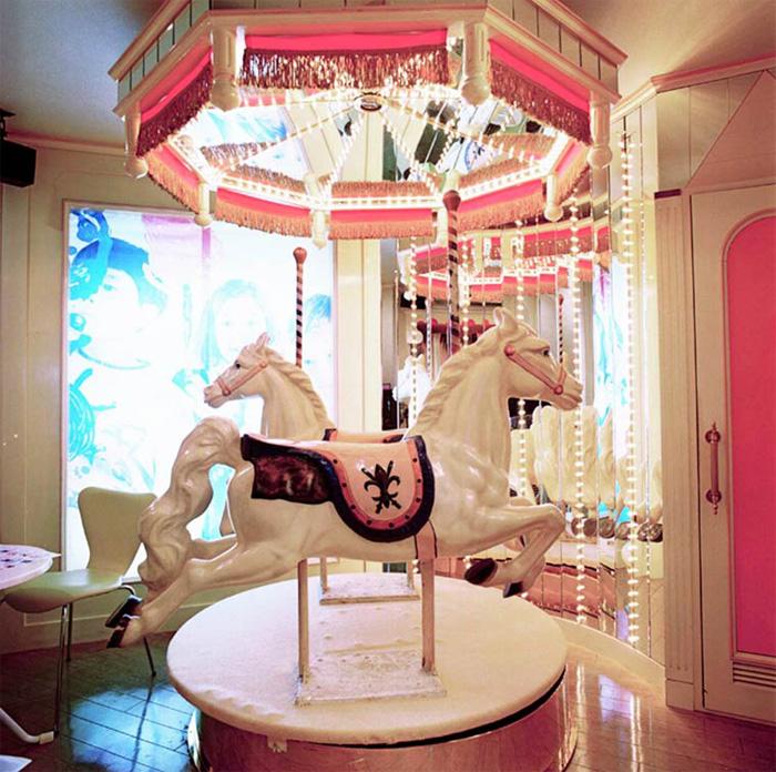 Комнаты внутри секс-отеля. Автор фото: Misty Keasler.