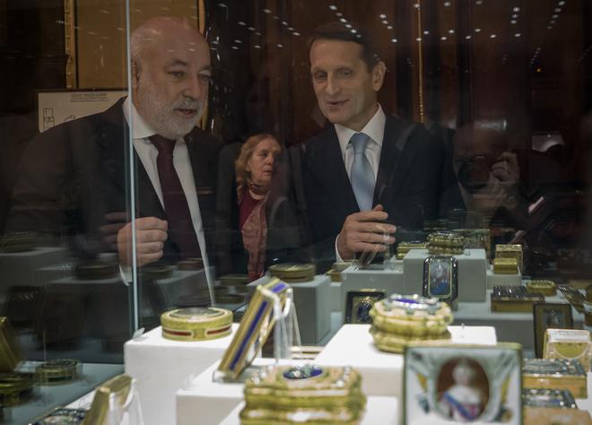 Фото: РИА, А. Даничев. Вексельберг и Нарышкин осматривают коллекцию Фаберже