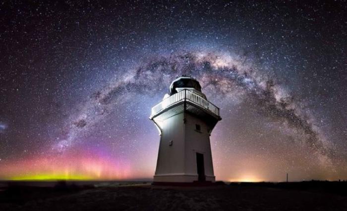 Маяк на побережье Катлинс на Южном острове Новой Зеландии.