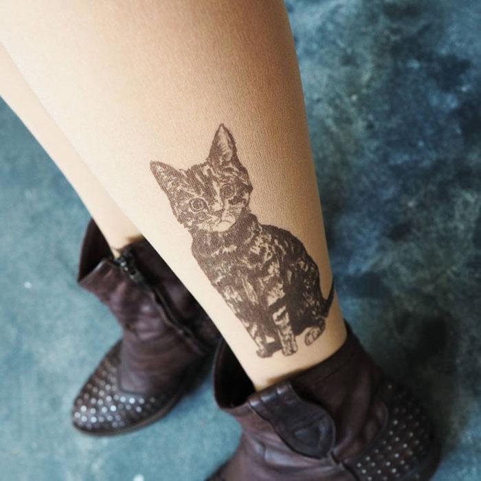 Котенок на лодыжке.  Дизайнер: Silvana Ilieva.