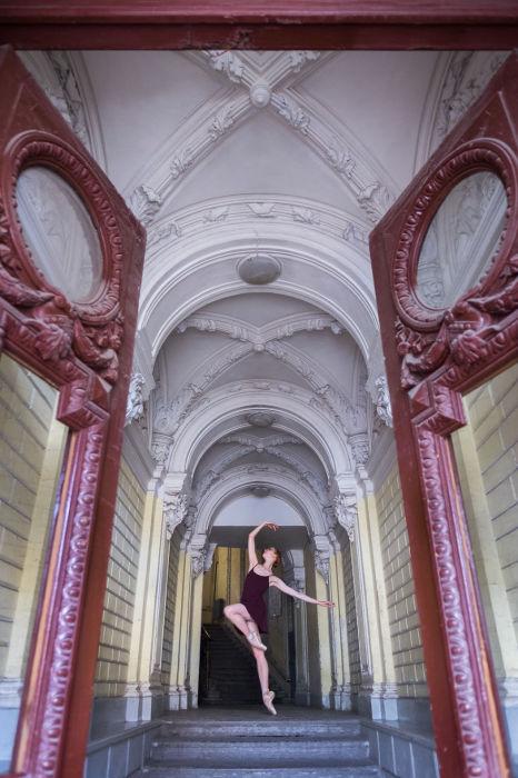 Ничто так не сочетается между собой, как вся изящность балерины на фоне старинной архитектуры Петербурга. Автор: Дарьян Волкова.