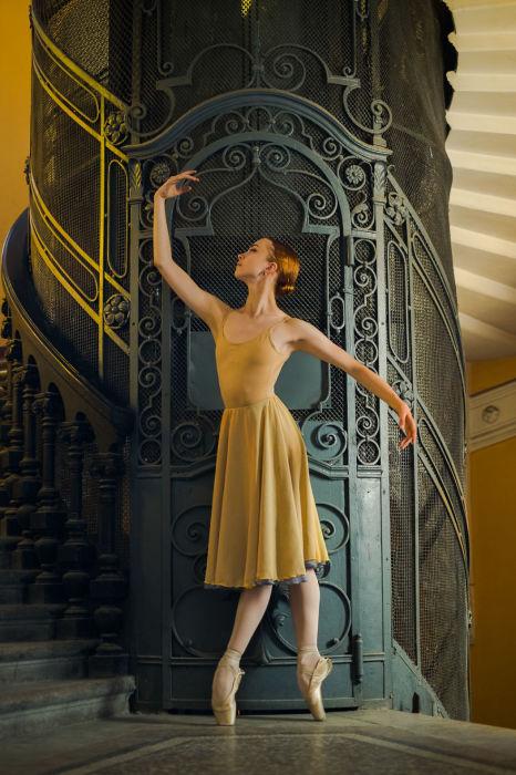 Хрупкая, нежная и прекрасная балерина, на лестничной площадке возле старинного лифта.  Автор: Дарьян Волкова.
