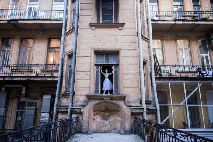 Тот самый момент, когда царящая вокруг атмосфера, заставляет не просто наслаждаться увиденным, но и мечтать, представляя себя на месте очаровательной девушки, застывшей в окне.  Автор: Дарьян Волкова.