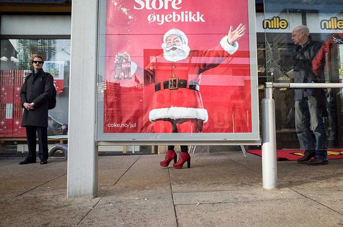 Санта Клаус решил примерить новые красные туфли.