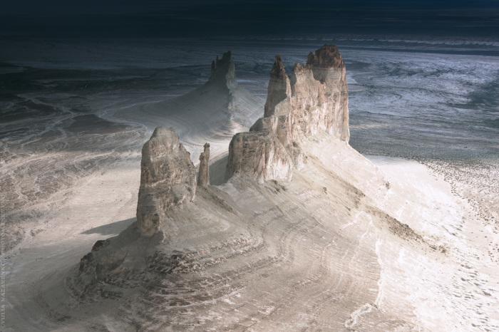 Останцовые горы и чинки плато Устюрт, урочище Бозжира. / Фото: Юля Назаренко.
