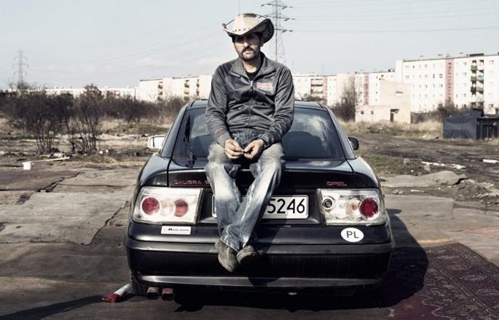 Один из глав табора сидит на своем автомобиле. Фото: Adam Lach.