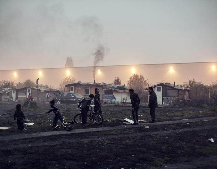 Дети играют около трущоб. Фото: Adam Lach.