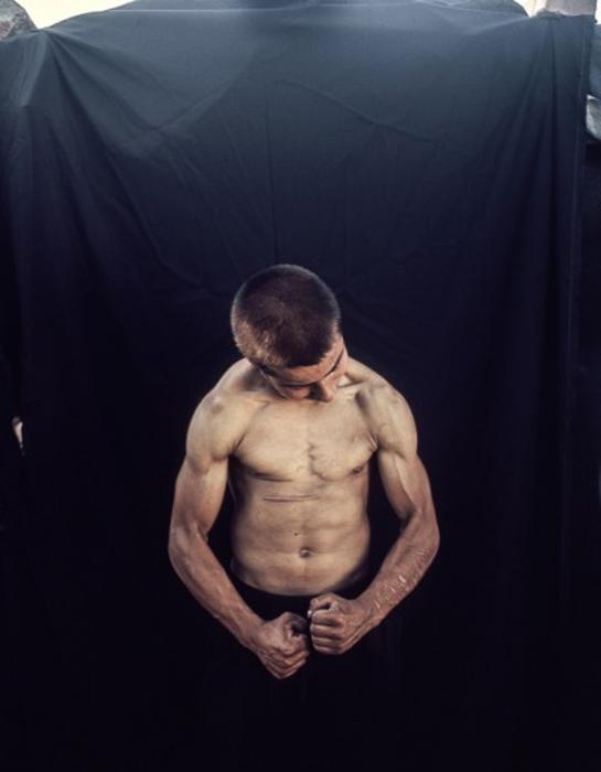 Мальчик показывает свои мускулы. Фото: Adam Lach.
