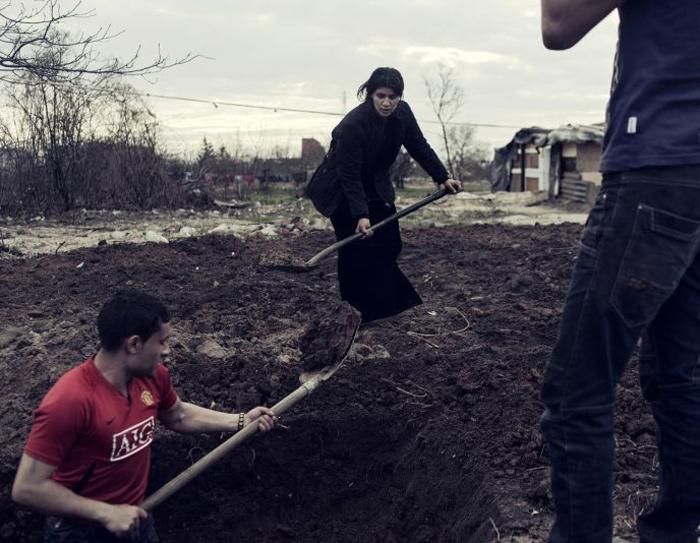 Цыгане копают яму для мусора. Фото: Adam Lach.