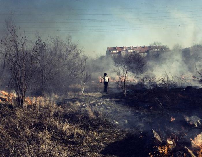 25 марта 2012 г. Огонь, устроенный местными жителями, чтобы заставить цыган покинуть это место.  Фото: Adam Lach.