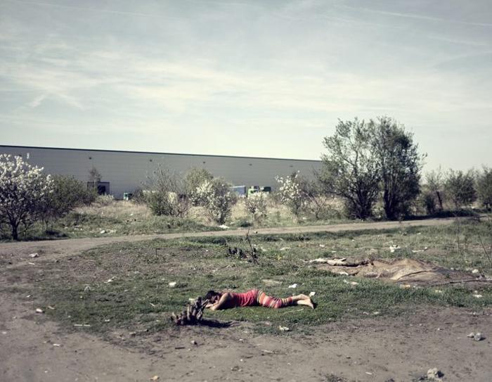 Цыганка заснула прямо на земле. Фото: Adam Lach.