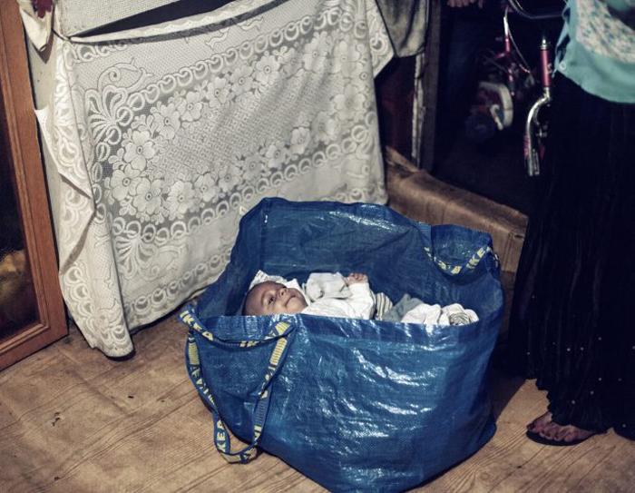 Ребенок в сумке от IKEA. Фото: Adam Lach.