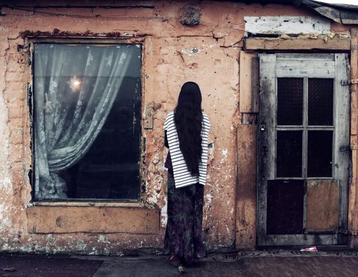 Вроцлав 10 марта 2013. Польская цыганка по имени Каролина. Каролина сбежала от своих родителей, живущих на другом конце страны, потому что влюбилась в Алекса, живущего в трущобах. Фото: Adam Lach.
