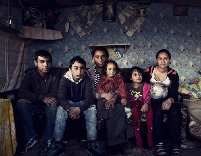 Семья Флорица в своем бараке. Слева направо: Александр (умственно отсталый после автокатастрофы), Адам, Флорица, Элвециан, Буня (умственно отсталая) и Таисия на седьмом месяце беременности.