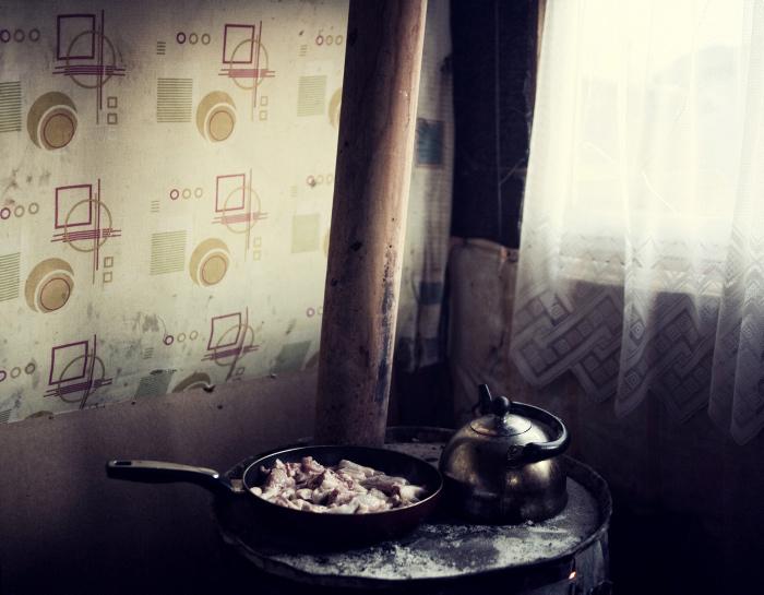 Ужин, приготовленный на специальной цыганской плите.  Фото: Adam Lach.