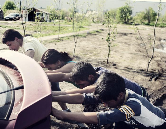Польские цыгане толкают машину. Фото: Adam Lach.