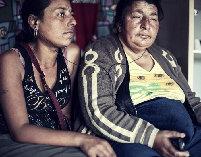 Малена и ее мама Марика слушают музыку. Фото: Adam Lach.