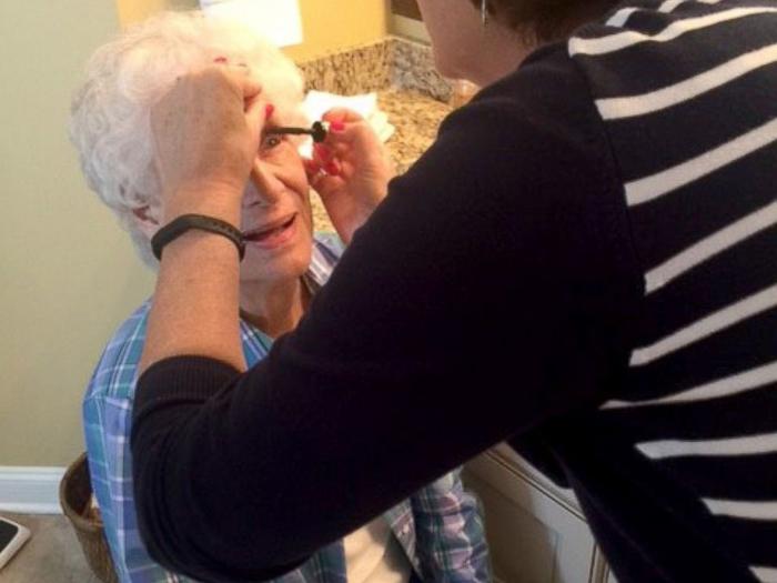 Ко дню выпускного бабушка выглядела очень хорошо и очень нарядно.