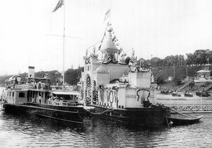 Пароход с членами императорской семьи в Ярославле в дни торжеств по случаю празднования 300-летия Дома Романовых, 21 мая 1913 год.