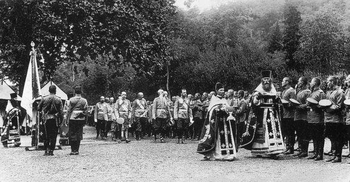 Кропление святой водой офицеров и солдат Петергофского гарнизона после молебна в присутствии Императора Николая II.