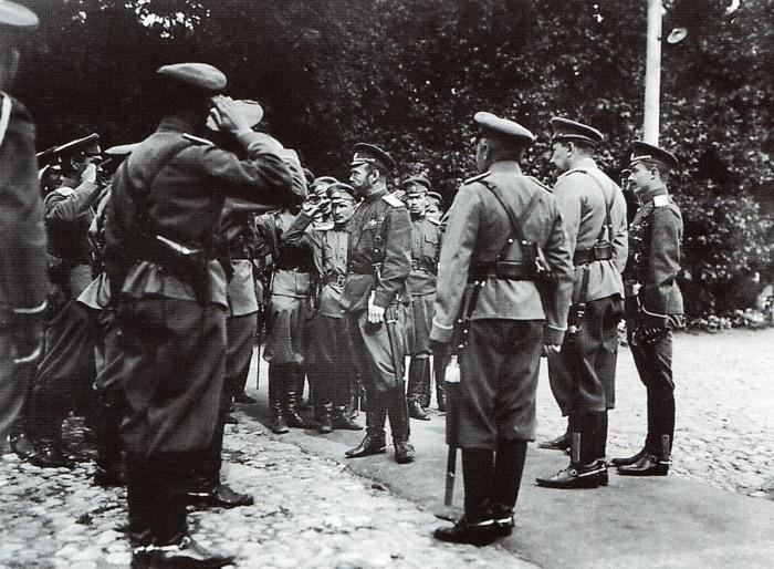 Император Николай II среди офицеров Ставки. Могилев, август 1915 года.