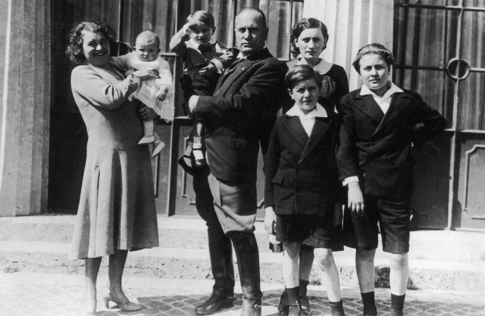 Бенито Муссолини с женой и 5-ю детьми. | Фото: italy4.me.